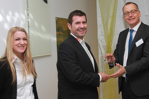 Christian Drees (Hirschmann Car Communication) überreicht Bruno und Verena Hörter (MCD Elektronik) den Supplier Award (v.r.n.l.)